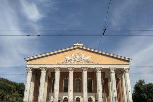Бишкекчане возмущены: не сохранили статуи на здании театра оперы и балета
