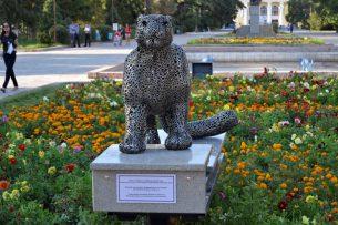 На Аллее молодежи в Бишкеке установили скульптуру снежного барса