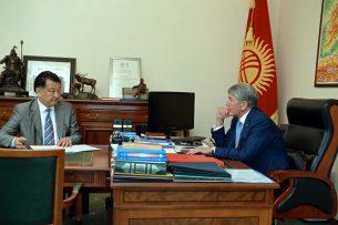 Президент Атамбаев принял министра здравоохранения Талантбека Батыралиева