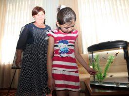 Президент Атамбаев осуществил мечту 9-летней Эльнуры из Оша