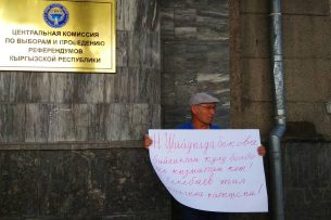 Активиста Ондуруша Токтонасырова задержали за митинг возле ЦИК (видео)