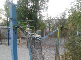 Мэрия «отремонтировала» детскую площадку в Бишкеке: жители возмущены качеством работ