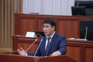 Депутаты Акаев и Торобаев вступили в словесную перепалку. Вспомнили Атамбаева