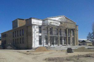 Алмазбек Атамбаев выделил 45 млн сомов на завершение строительства здания драмтеатра в городе Талас