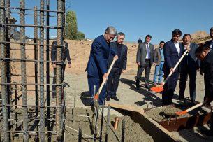 Атамбаев принял участие в церемонии закладки капсулы на месте строительства многоквартирного дома в Нарыне