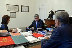 Атамбаев и глава МИДа обсудили предстоящую поездку президента в Россию, США и Узбекистан