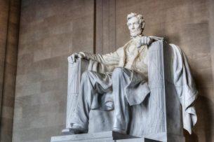 В США студента из Кыргызстана арестовали за осквернение памятника Линкольну в Вашингтоне