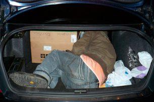 Неудачный розыгрыш: В Оше депутат, связав себя, спрятался в багажнике