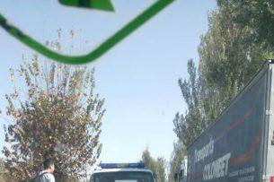 В Бишкеке карета скорой помощи попалав аварию