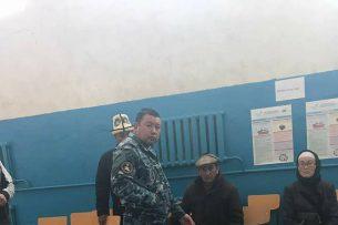 Сотрудники МВД пытаются отобрать опознавательную камеру у наблюдателей (фото)