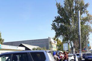 Автобусную остановку в Бишкеке превратили в стоянку — очевидец