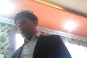 Очевидец: Глава айыл окмоту в Кара-Суйском районе ударил избирателя (видео)