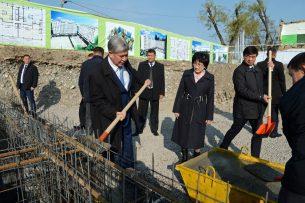 Атамбаев заложил капсулу на месте строительства домов работникам судебной системы