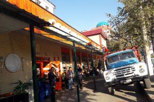 В Бишкеке снесли летнюю площадку кафе «Одноклассники»