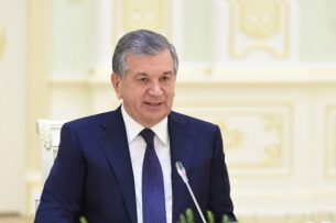 Президент Узбекистана поздравил Сооронбая Жээнбекова с победой на выборах главы государства