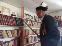 Музей дедушки Жайылкана: как 93-летний житель Бостери открыл музей книг на своём чердаке