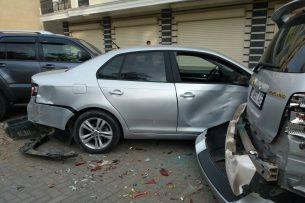 В Бишкеке автомобиль протаранил несколько припаркованных легковушек и скрылся с места ДТП (фото, видео)