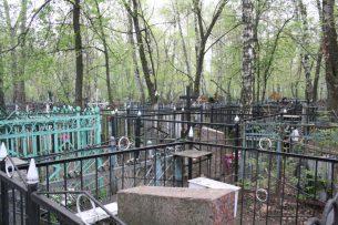Пытался помочь покойникам: в Оше задержан вандал, сломавший 51 памятник на кладбище