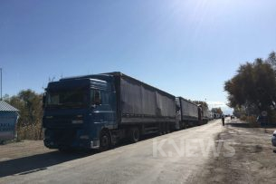 На кыргызско-казахской границе вблизи Канта по-прежнему простаивают сотни фур (видео)