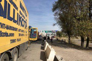 На КПП в Ленинском и в Канте стоят сотни машин. В Токмаке — никаких заторов на границе
