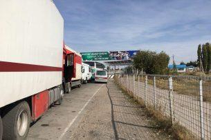 На КПП в Канте очередь из грузовых машин растянулась примерно на 5 км