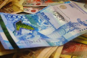 Цена доллара в казахстанских обменниках поднялась до 440 тенге. В некоторых продают уже по 450