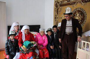 Атамбаев подарил дом семье памирских кыргызов