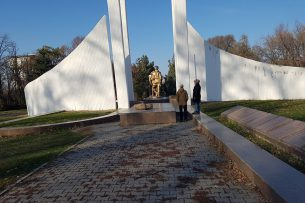 В парке Ататюрка вандалы осквернили памятник воинам-афганцам