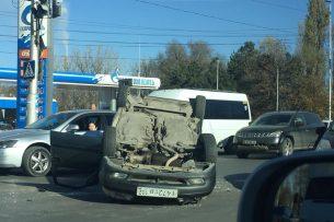 В Бишкеке перевернулся автомобиль (фото)