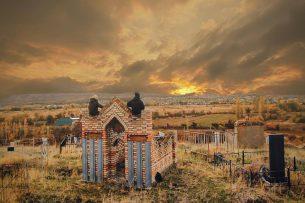 В Кыргызстане туристы из Германии взобрались на гумбез ради удачного снимка