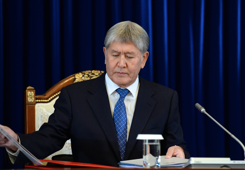 Репортер выпросил упрезидента Киргизии его часы сзолотым напылением
