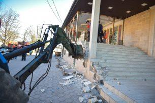 В Бишкеке снесли незаконную пристройку к кафе