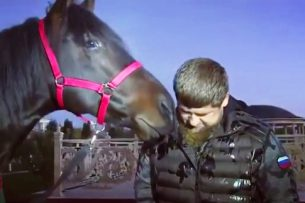 Кыргызстанец подарил Рамзану Кадырову скакуна (видео)