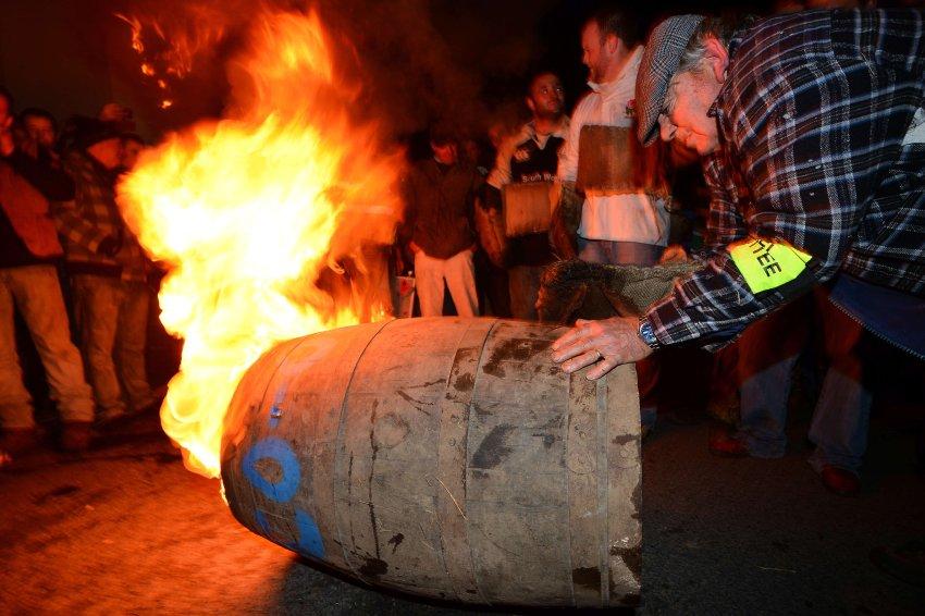 Картинки по запросу шотландия поджигать деготь в бочках
