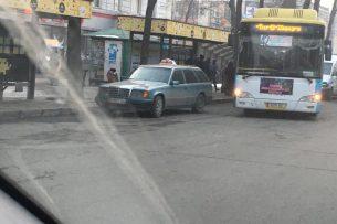 В центре Бишкека таксист припарковался на остановке — очевидец