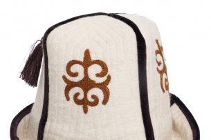 Калпак хотят приравнять к гербу, гимну и флагу: за надругательство над головным убором придется отвечать?