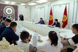 Сооронбай Жээнбеков встретился с детьми, потерявшими родных в результате крушения «Боинга» в Дача-Су