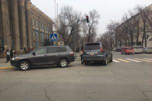В центре Бишкека автолюбители паркуются прямо на перекрестке — очевидец