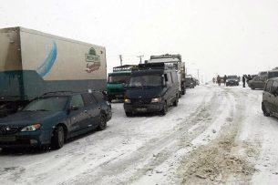 Рысалиев: Дорожники и гаишники делают бизнес на пробках по трассе Бишкек-Ош