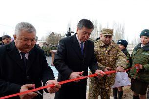 Пограничники Баткенской области получили из рук президента ключи от новых квартир