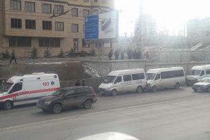 В центре Бишкека столкнулись три маршрутки, есть пострадавшие