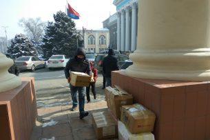 В Нацбанк доставили десятки тысяч обращений кыргызстанцев в защиту электронных кошельков