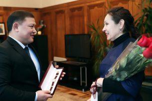Торага ЖК наградил именными часами спортсменку Валентину Шевченко, награду получила мама чемпионки