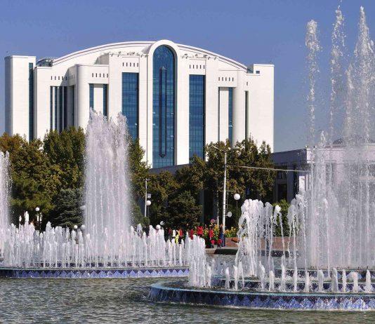 В Ташкенте впервые проводят подземный водопровод, не повреждая асфальта