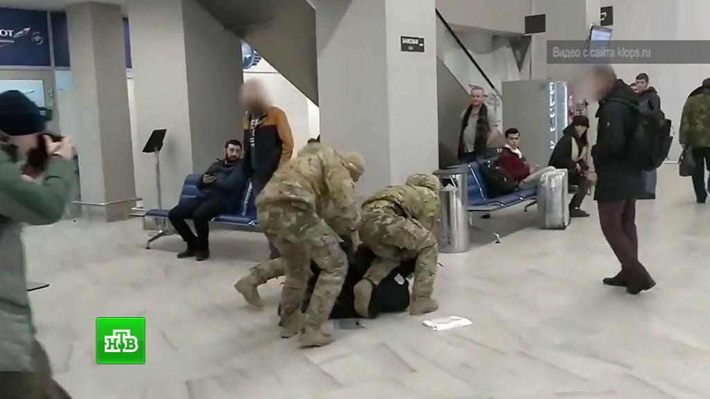 Девушка в метро взялась за член видео