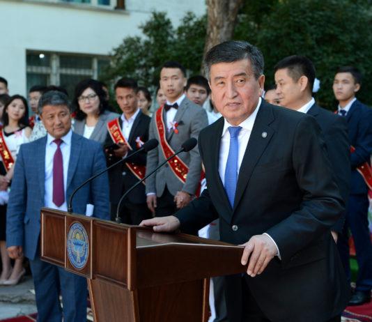 Сооронбай Жээнбеков поздравил выпускников с окончанием учебы (фото)
