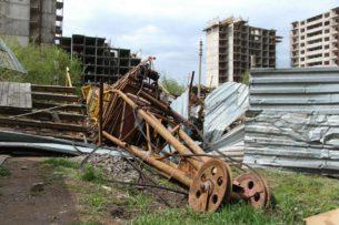 Шквалистый ветер повалил башенный кран в Астане (видео)