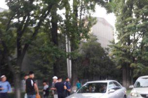В Бишкеке пытались похитить девушку, помешали прохожие