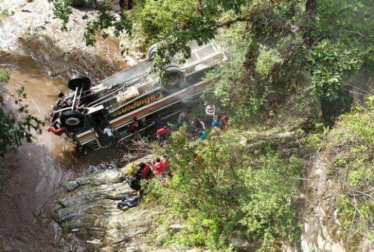 Опубликовано видео с места страшной аварии автобуса со студентами в Гватемале