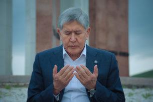 Алмазбек Атамбаев принял участие в айт-намазе в cеле Арашан и посетил «Ата-Бейит»